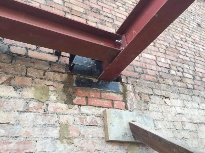Steelwork supported in insulated thermal 'pockets' within walls